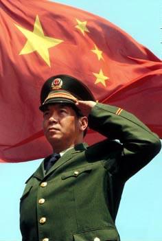一个用左手向国旗敬礼的中国军人